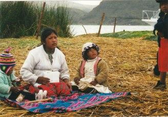 Bolivya ve Peru arasında Titicaca Gölü'nde totora yüzen adalarından birinde anne ve çocukları