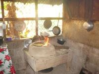 Kosta Rika'nın Chira Adası'nda bir köy evinde mısır tortillası pişerken