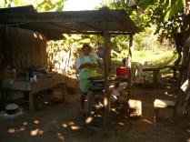 Kosta Rika'nın Chira Adası'nda Luz Hanım mısır tortillası yapıyor