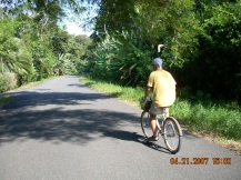 Kosta Rika'nın Karayip kıyısında yolda bisiklet gezisi