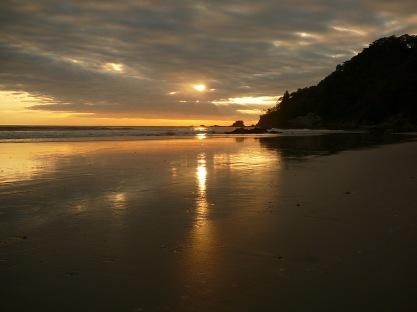 Kosta Rika'nın Manuel Antonio sahili ve güneş batışı