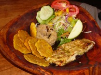 Kostarika'nın Puerto Viejo kasabasında tipik bir yemek