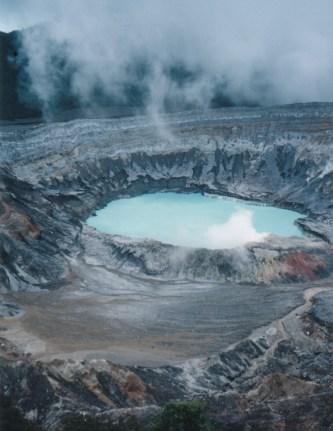 Kostarika'nın San Jose şehrinde Poas adlı volkan