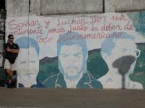 Nikaragua'nın Leon şehrinde bir duvar resmi ve yazısı