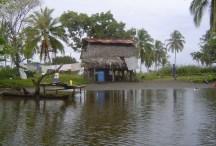 Panama'da bir kanal üzerinde bir ev